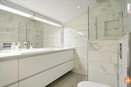 Yläkerrassa wc/kylpyhuone