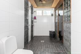 Kylpyhuone on tilava, kuten muutkin talon tilat