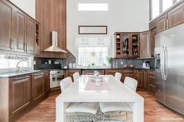 Tyylikkäässä keittiössä on runsaasti sekä kaappi- että laskutilaa