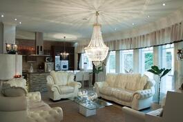 Tältä näyttää olohuone ja keittiö