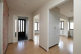 Pienemmän asunnon sisäänkäynti