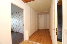 Käytävän puoliväliin mahdollisuus lisätä seinä, jolla erotetaan asunnot toisistaan