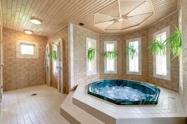 Allas- ja suihkuhuone