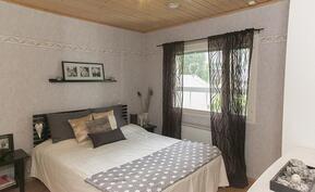 1 makuuhuone jossa vaatehuone.