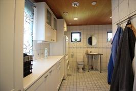 Keittiöstä käynti kodinhoitotilaan ja kylpyhuonees