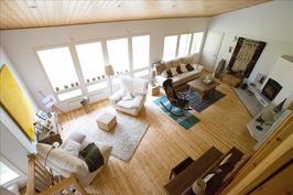Olohuone yläkerrasta kuvattuna