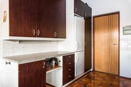 Keittiössä on hyvin kaappitilaa ja pöytätasoa