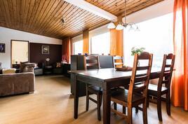 Keittiö ja olohuone yhdistyvät ruokailutilan kautta viihtyisäksi kokonaisuudeksi