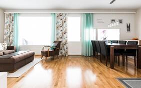 Yhtenäistä tilaa oleva olohuone ja keittiö.