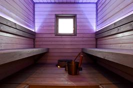Talo B, sauna väriä vaihtavalla, säädettävällä valaistuksella
