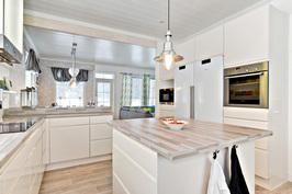 Talo B, keittiötä olohuoneen suuntaan