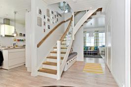 Talo B, portaikko yläkertaan