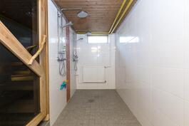 Kylpyhuone on uusittu vuonna 2013.