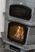 Tulikiven takka-leivinuunissa paistuu jouluruuat ja samalla koti lämpenee.