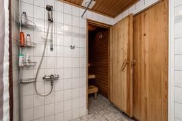 Kylpyhuone on tilava.