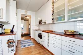 keittiö parvekkeen ovelta katsottuna