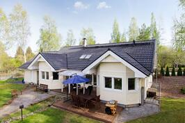 Kesällä talo pihan ja Herralanvuolteen suunnasta
