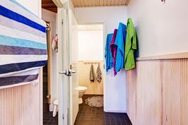 Pukuhuoneesta käynti erilliseen wc:hen