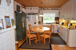 Valoisa vaalea keittiö, missä iso ikkuna