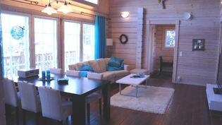 Upea iso ja huonekorkeudeltaan mahtava olohuone.