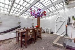 Katettu suojainen takapihan terassi