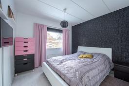Toinen yläkerran makuuhuoneista