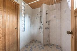 kaksi suihkua luo toimivuutta isolle perheelle