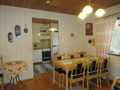 Lähikuvassa olohuoneen puolella oleva ruokailutila, johon kätevä yhteys keittiöstä!