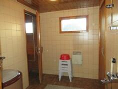 ... laatoitetussa kylpyhuoneessa seinät ovat osin myös kiveä ja suihkun lisäksi on ...