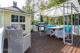 Tällä terassilla voit nauttia kesästä ja auringosta omassa rauhassa
