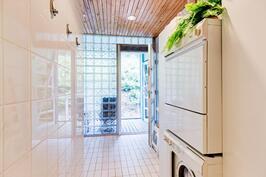 Kylpyhuoneesta käynti lasitetulle terassille