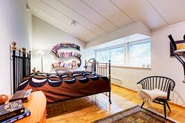 Yläkerran makuuhuoneen ikkunoista kauniit maisemat