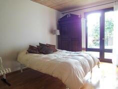 raikkaan valoisa makuuhuone