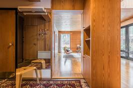 näkymä eteisestä valoisaan olohuoneeseen, vasemmalla kylpyhuoneen ovi.