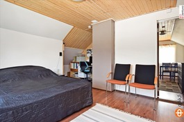 Yläkerran makuuhuone ja työnurkkaus