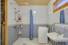kylpyhuone ja sauna yläkerrassa