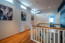 Yläkerran aulassa ilmapumppu, jota käytetään viilennykseen.