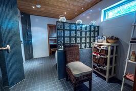 Saunaosastolla kaksi suihkua.