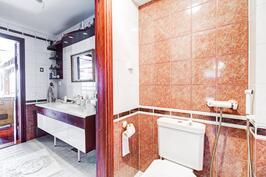 Kellarikerroksen wc-tilaa