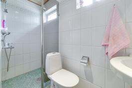2. kerroksen kylpyhuone/wc