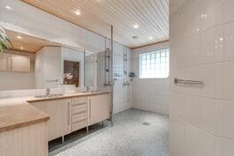 1. kerroksen kylpyhuone ja wc