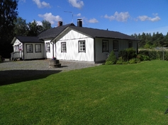Talo nurmikkoalueineen