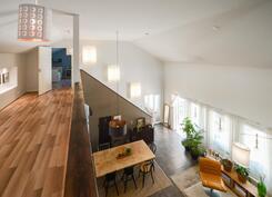 Yläkerrasta avarat näkymät olohuoneeseen / Öppen vy över vardagsrum