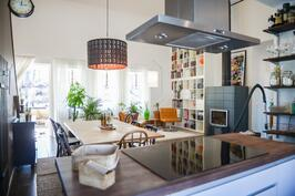 Avoin keittiö olohuoneeseen / Öppet kök mot vardagsrum