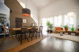 Ruokailutila ja olohuone / Middagsplats och vardagsrum