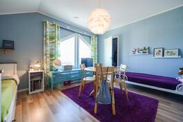 Yläkerran makuuhuone vaatehuoneella / Sovrum i övre våning med klädrum