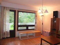 Olohuoneen ikkunat ja terassi ovat etelään päin