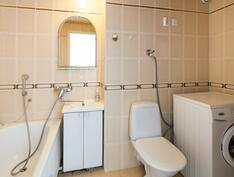 Kylpyhuoneessa on lattialämmitys.