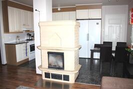 Varaava Tiileri-takka keskisellä paikalla keittiön ja olohuoneen välissä