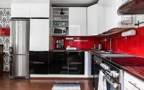 Musta-valkoinen keittö on terästetty punaisella, väri on helppo myös vaihtaa halutessaan.
